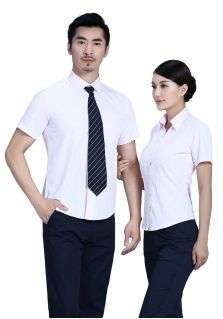 浅粉色V字领衬衫